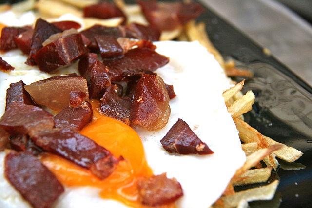 Huevos rotos, platos típicos de Madrid